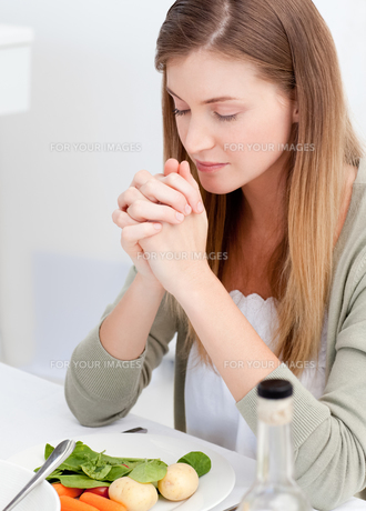 Woman praying at the tableの素材 [FYI00483691]