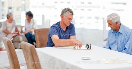 Seniors playing chessの素材 [FYI00483696]
