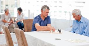 Seniors playing chessの写真素材 [FYI00483696]