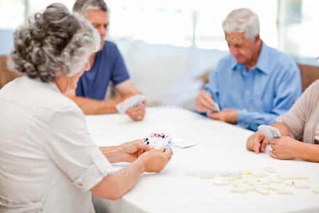 Retired people playing cards togetherの写真素材 [FYI00483699]