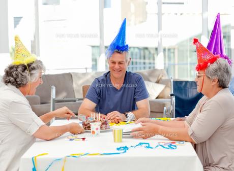 Mature friends on birthdayの写真素材 [FYI00483701]