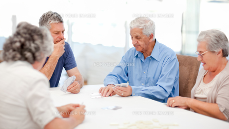 Retired people playing cards togetherの写真素材 [FYI00483702]