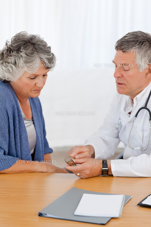 A senior doctor with his patient in his officeの写真素材 [FYI00483704]