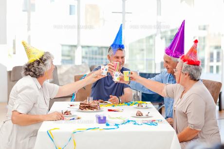 Mature friends on birthdayの写真素材 [FYI00483705]