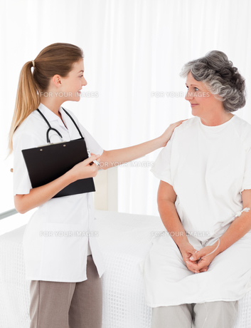 Nurse talking with her patientの素材 [FYI00483712]