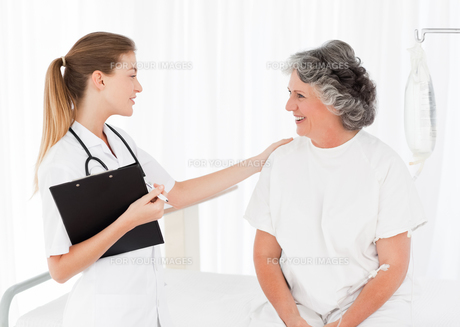 Nurse talking with her patientの素材 [FYI00483714]