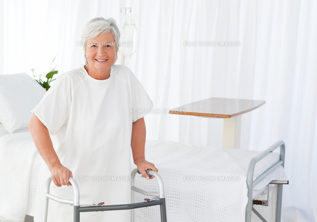 Senior woman looking at the camera with her zimmer frameの写真素材 [FYI00483726]
