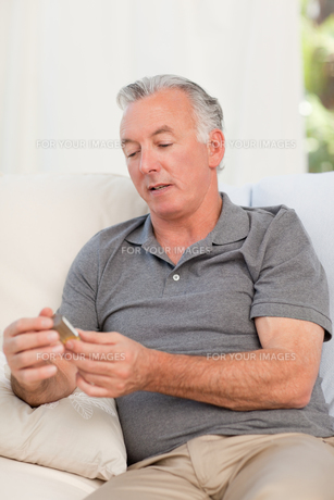 Senior with pills at homeの写真素材 [FYI00483730]