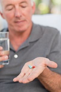 Retired man taking pillsの写真素材 [FYI00483735]