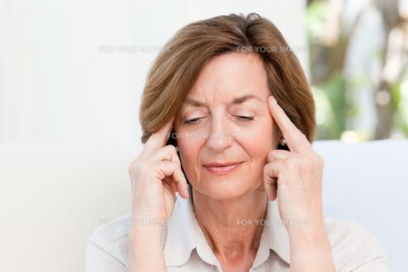 Woman having a headacheの素材 [FYI00483736]