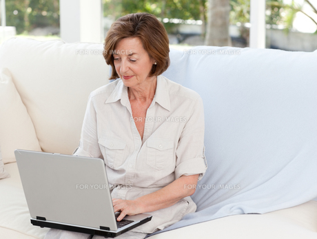 Senior working on her laptopの写真素材 [FYI00483741]