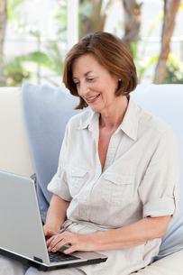 Senior working on her laptopの写真素材 [FYI00483745]