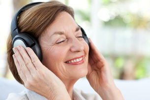Senior listening to musicの写真素材 [FYI00483748]