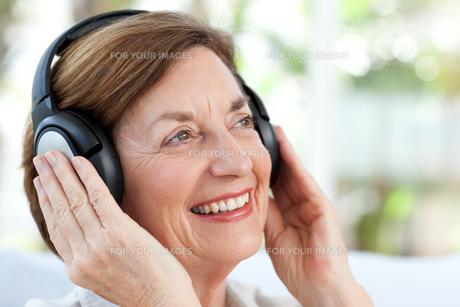 Senior listening to musicの写真素材 [FYI00483749]