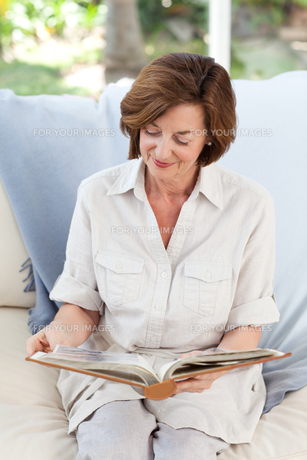 Retired woman reading her bookの写真素材 [FYI00483750]