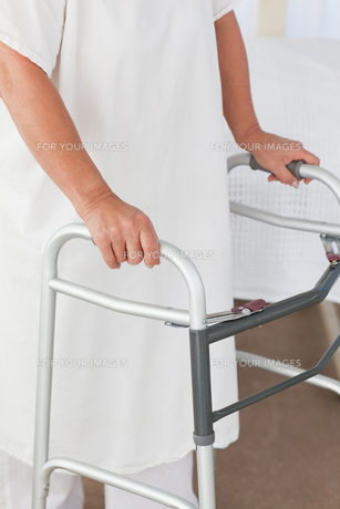 Senior woman with her zimmer frameの素材 [FYI00483751]