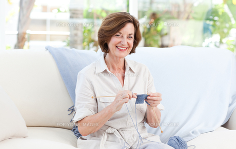 Woman knitting at homeの写真素材 [FYI00483754]