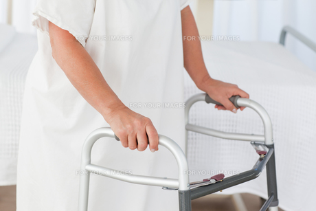 Senior woman with her zimmer frameの素材 [FYI00483756]
