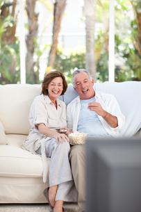 Seniors watching tv at homeの素材 [FYI00483757]