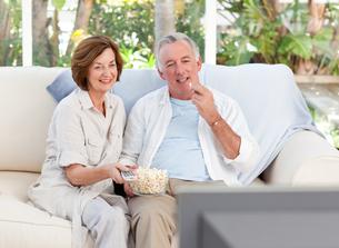 Seniors watching tv at homeの素材 [FYI00483759]
