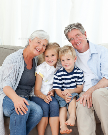 Happy family looking at the cameraの写真素材 [FYI00483760]