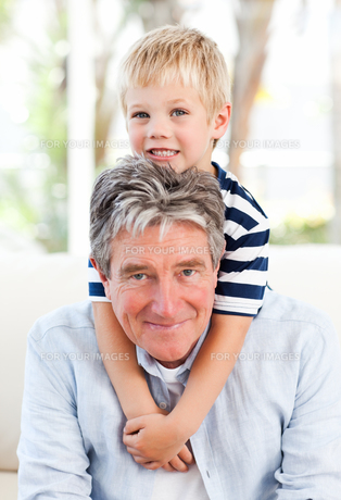 Little boy with his grandfather looking at the cameraの写真素材 [FYI00483761]