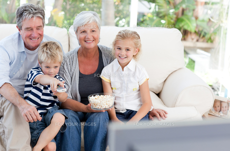 Lovely family watching tvの素材 [FYI00483767]