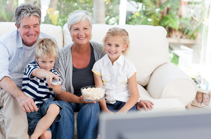 Lovely family watching tvの写真素材 [FYI00483767]