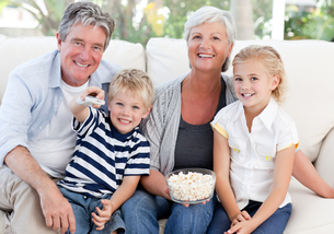 Lovely family watching tvの素材 [FYI00483768]