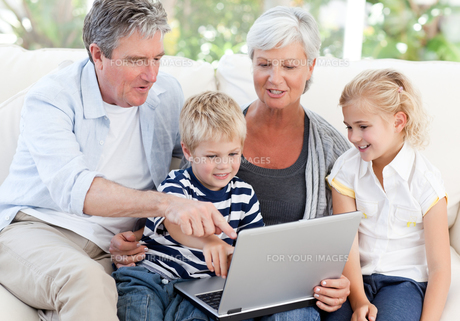 Adorable family looking at their laptopの写真素材 [FYI00483769]