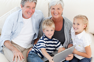 Adorable family looking at their laptopの写真素材 [FYI00483770]