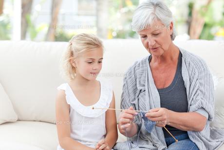 Senior knitting with her granddaughterの素材 [FYI00483782]