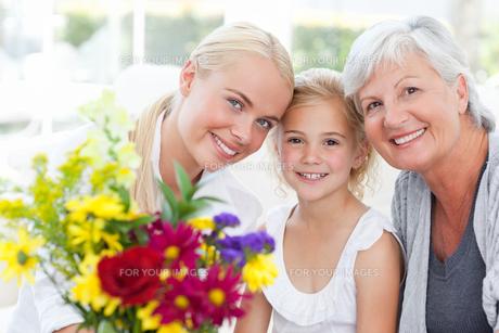 Radiant family with flowersの素材 [FYI00483788]