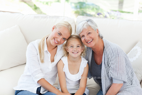 Portrait of a joyful family looking at the cameraの写真素材 [FYI00483791]