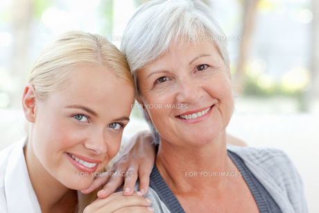 Lovely woman with her motherの写真素材 [FYI00483794]