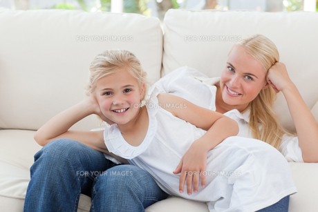 Beautiful woman lying down with her daughterの写真素材 [FYI00483796]