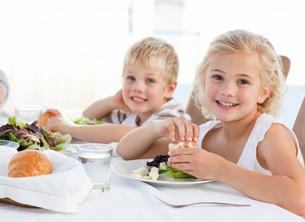 Happy children at the tableの写真素材 [FYI00483803]