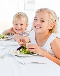Happy children at the tableの写真素材 [FYI00483805]