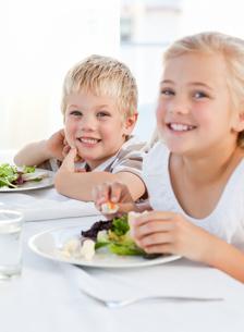 Happy children at the tableの写真素材 [FYI00483808]
