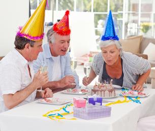 Seniors on birthday at homeの写真素材 [FYI00483810]