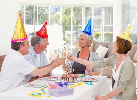 Seniors on birthday at homeの写真素材 [FYI00483811]