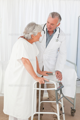 Doctor helping his patient to walkの素材 [FYI00483812]