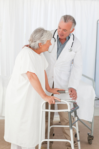 Doctor helping his patient to walkの写真素材 [FYI00483812]
