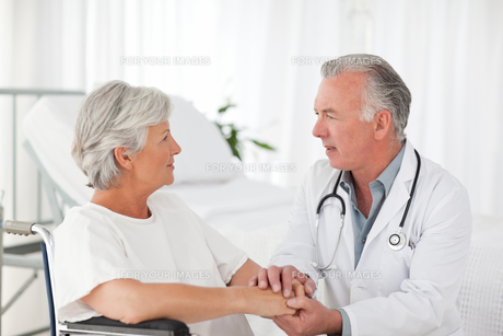 Doctor speaking with his patientの素材 [FYI00483815]