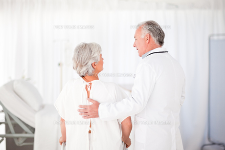 Doctor helping his patient to walkの素材 [FYI00483818]