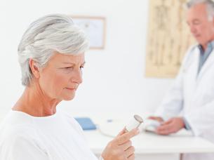 Patient with her pillsの写真素材 [FYI00483823]