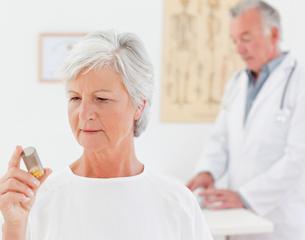 Patient with her pillsの写真素材 [FYI00483825]