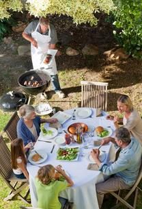 Lovely family eating in the gardenの写真素材 [FYI00483842]