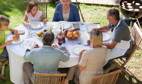 Family eating in the gardenの写真素材 [FYI00483844]