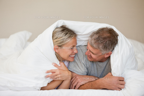 Couple lying down in their bedの写真素材 [FYI00483859]